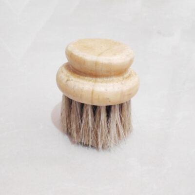 Cepillo para limpieza de platos – hecho a mano con mango de madera y fibras naturales